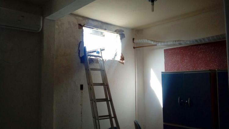 Homens fizeram buraco em parede da prefeitura, anexo à agência bancária - Foto: Giro de Notícias | Divulgação