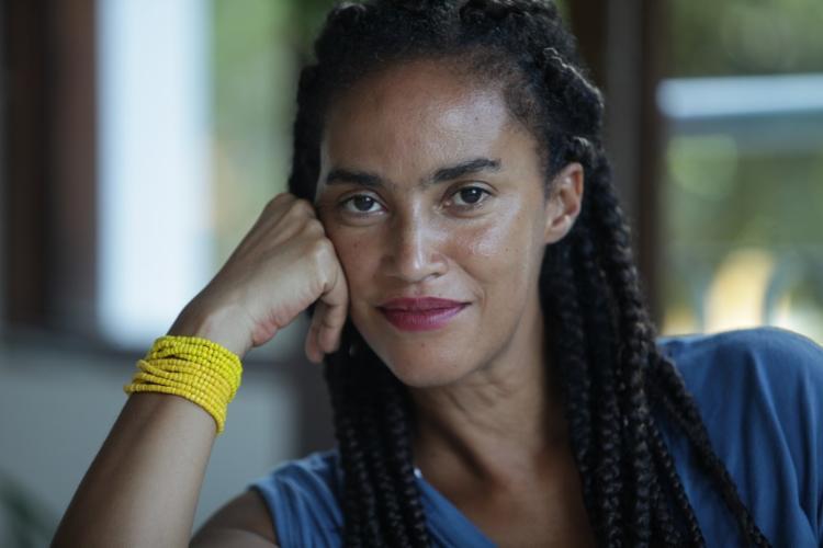 Escritora, performer e pesquisadora, Grada Kilomba discute em sua obra racismo e memória - Foto: Adilton Venegeroles