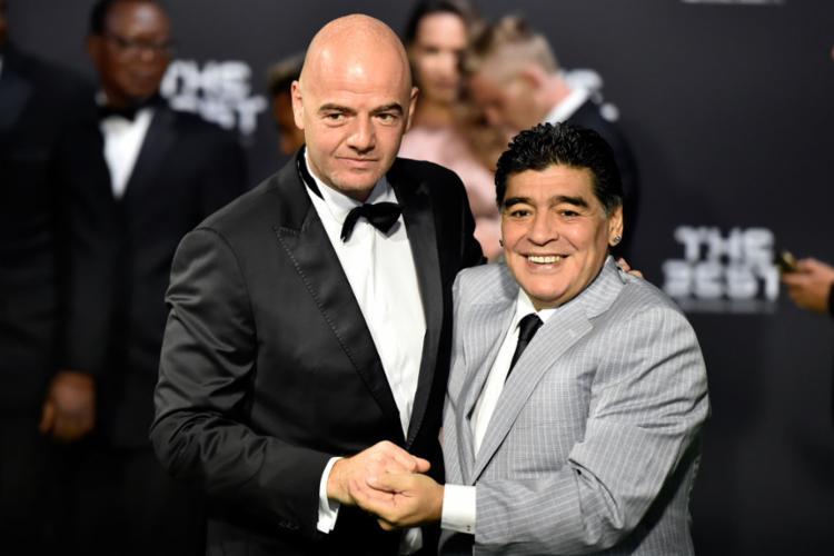 Infantino (E), presidente da Fifa, e Maradona na premiação da FIFA - Foto: Michael Buholzer | AFP