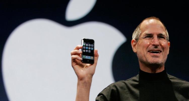Steve Jobs apresentou o primeiro iPhone em 2007 - Foto: Divulgação