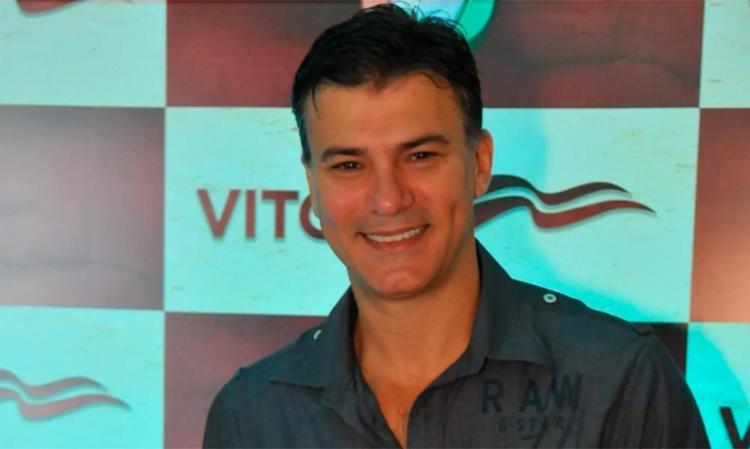 Leonardo Vieira foi alvo de agressões após foto em que aparece beijando companheiro - Foto: Divulgação