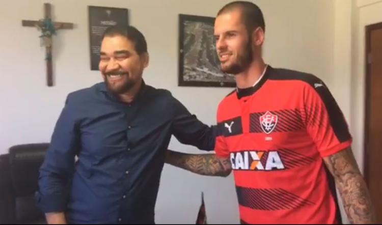 Fred vestiu a camisa do Leão e posou para a foto com Ivã de Almeida, presidente do clube - Foto: Reprodução | Facebook