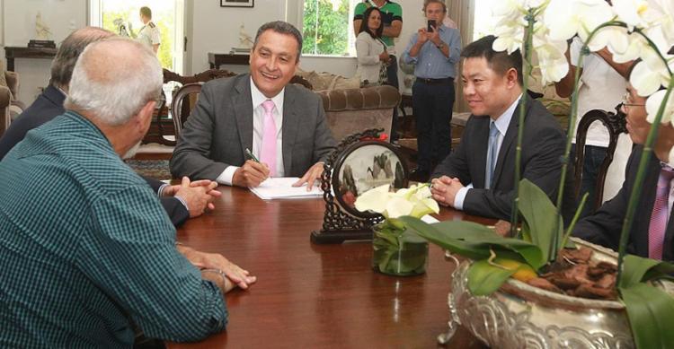 Rui Costa e representantes do grupo chinês durante a assinatura do protocolo, nesta segunda-feira, 9, no Palácio de Ondina - Foto: Daniele Rodrigues l Gov-BA