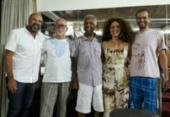 Claudia Cunha, Alexandre Leão e Moreno Veloso recebem Gil e Capinan | Foto: