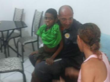 Menino foi devolvido à família após ser resgatado e medicado - Foto: Reprodução | Corpo de Bombeiros