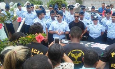O corpo do cabo da Aeronáutica Vinícius Bispo dos Santos foi enterrado em Porto Seguro - Foto: Divulgação l O Baianão