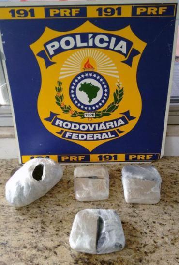 Quatro tabletes de haxixi, totalizando 2,3 kg - Foto: Reprodução | PRF