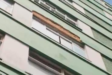 Reboco de prédio cai e atinge duas pessoas na Carlos Gomes