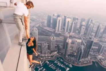 Modelo faz ensaio pendurada a mais de 300 metros de altura