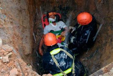 Homem é engolido por cratera após asfalto ceder em Teixeira de Freitas