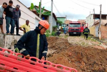 Asfalto cede e homem cai em buraco de cinco metros na Bahia