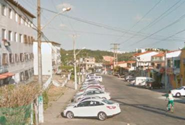 Jovem é morto ao parar para conversar com colega em Pau da Lima