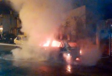 Proprietário abandona carro em chamas na Liberdade