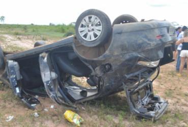 Mulher fica ferida após filho perder a direção e capotar carro na BR-242