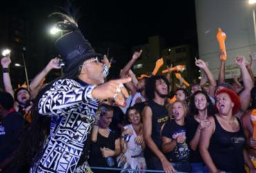 Carlinhos Brown comanda Arrastão da Meia-Noite no último dia de Carnaval |