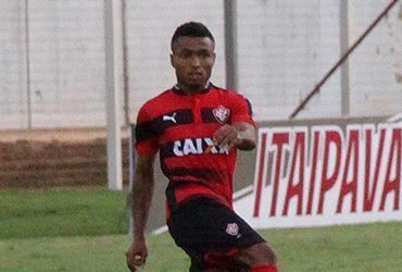 Após boa estreia, Cedric luta por vaga na lateral do Vitória