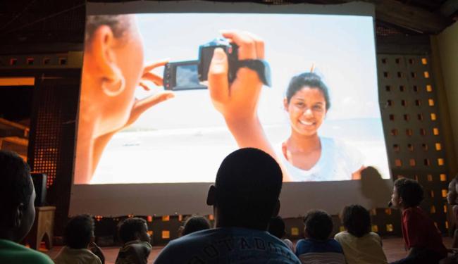O resultado do trabalho dos jovens é exibido em telão - Foto: Nathalia Reis   Divulgação