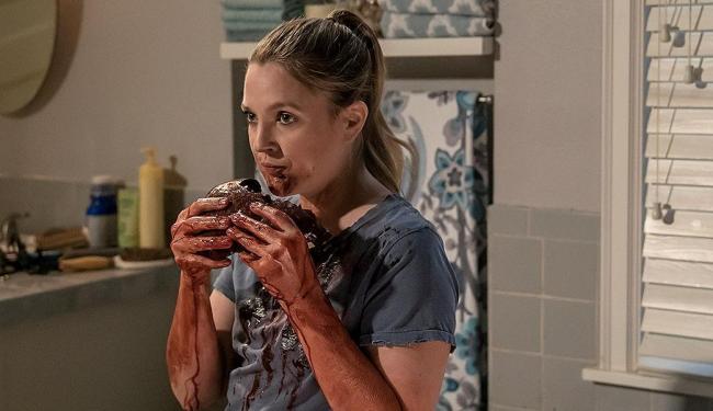 Drew Barrymore é a zumbi comedora de carne humana Sheila, na série Santa Clarita Diet (Netflix) - Foto: Divulgação