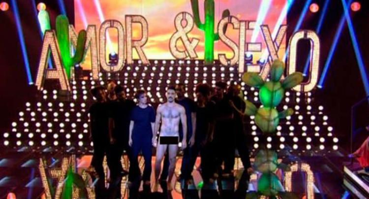 Um bailarino foi inteiramente despido na cena final do programa - Foto: Reprodução   YouTube