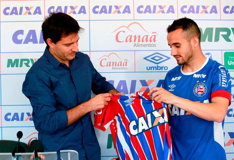 O atacante (D) recebeu o manto Tricolor das mãos do diretor de futebol, Diego Cerri - Foto: Felipe Oliveira | EC Bahia