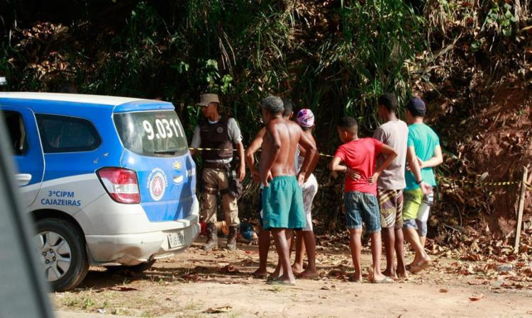 O jovem, que a mãe achou ser o filho, foi morto em Cajazeira 5 - Foto: Mila Cordeiro   Ag. A TARDE