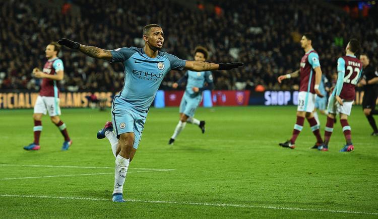 Atacante brasileiro fez o terceiro gol da goleada por 4 a 0 sobre o West Ham, fora de casa - Foto: Glyn Kirk l AFP