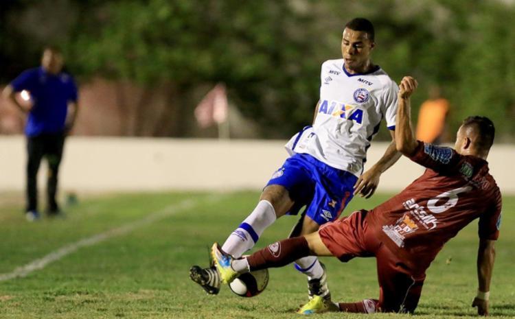 Guto Ferreira observa Gustavo disputando bola com jogador do Jacuipense - Foto: Felipe Oliveira | EC Bahia | Divulgação