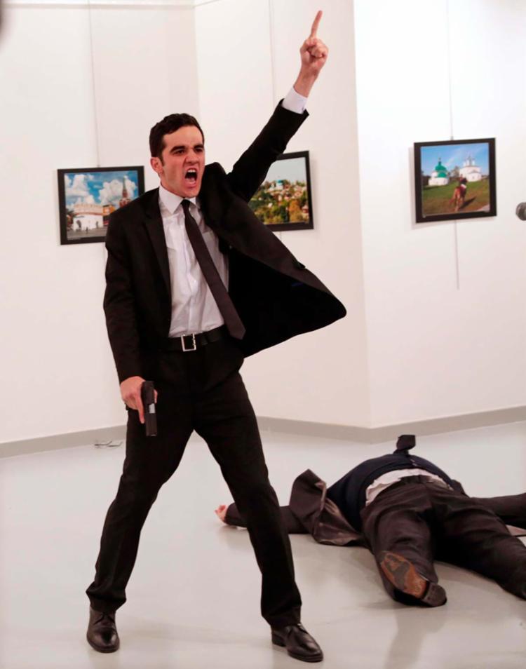 Na foto vencedora, o autor dos disparos, de terno e gravata, aparece desafiante - Foto: Burhan Ozbilici | AP