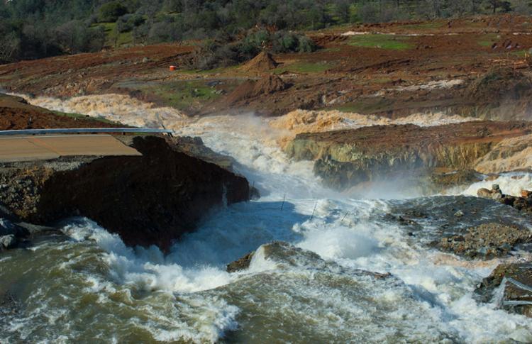 O lago está usando um vertedouro emergencial para liberar o grande volume de água - Foto: Kelly M. Grow | California Department of Water Resources | AFP