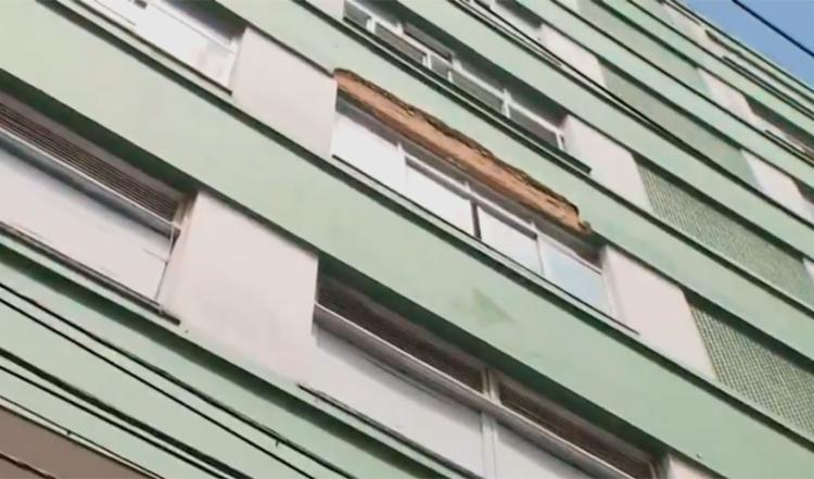 O reboco que caiu foi de um prédio localizado na rua Carlos Gomes - Foto: Reprodução   TV Bahia