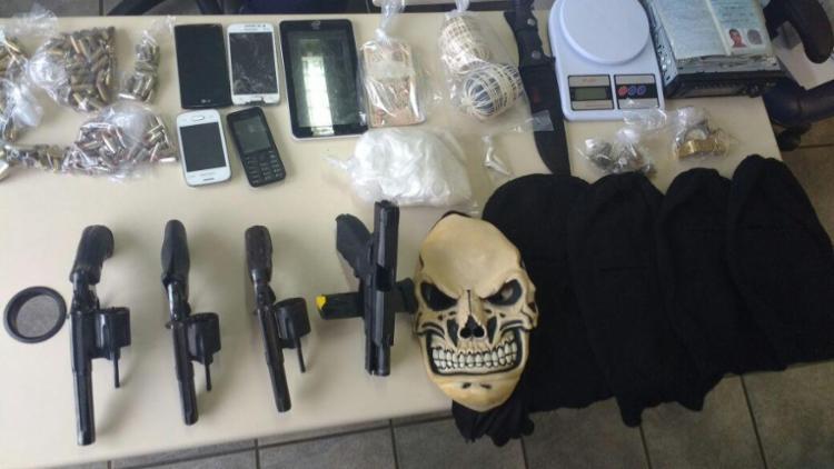 Na casa onde ocorreu o confronto, a polícia encontrou armas, drogas e celulares - Foto: Divulgação   Polícia Civil