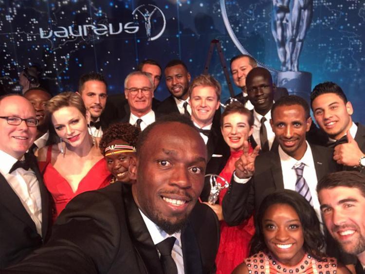 Após premiação, Usain Bolt tira selfie com alguns vencedores do prêmio Laureus, em Monte Carlo - Foto: Reprodução do Facebook l Laureus