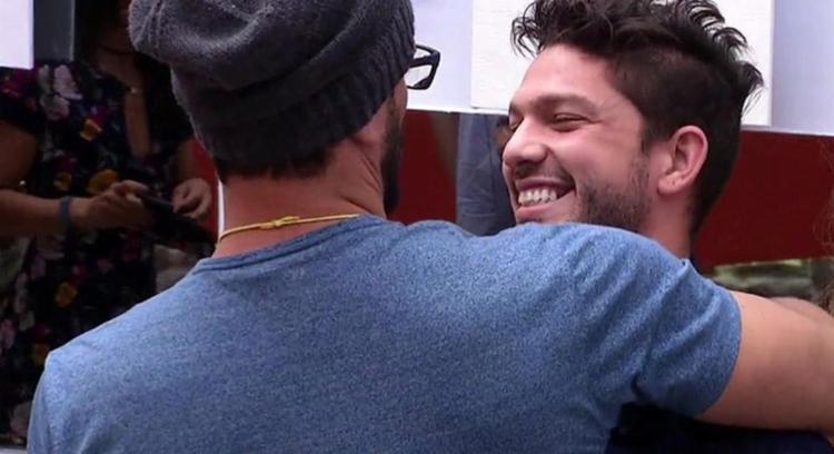 Luiz Felipe abraça Daniel ao saber da eliminação - Foto: Divulgação | GShow