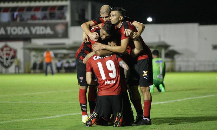 Jogadores comemoram com Dátolo o primeiro gol dele no Vitória - Foto: Margarida Neide | Ag. A TARDE
