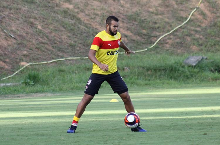 Elogiado, José Welison treina para se manter titular - Foto: Maurícia da Matta l EC Vitória