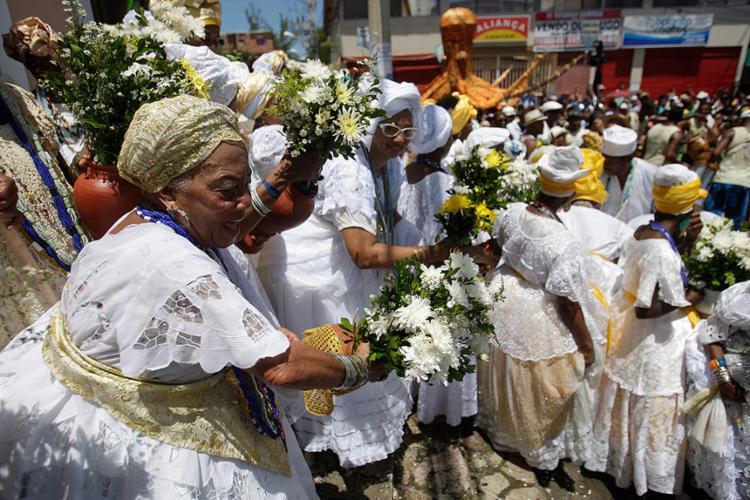 Cerca de 100 baianas integraram o cortejo de 112 anos - Foto: Raul Spinassé l Ag. A TARDE