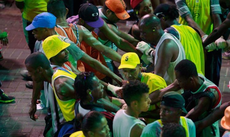 Homens e mulheres atuam na segurança do folião e permitem uma fluência tranquila dos blocos nos circuitos - Foto: Joá Souza | 25.02.2015