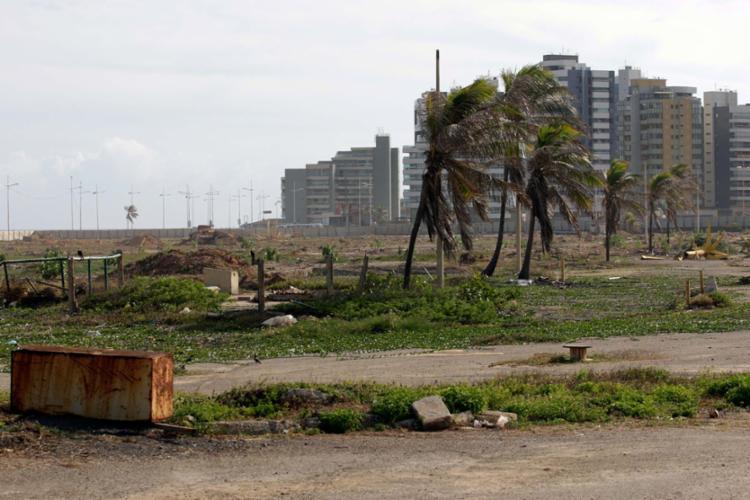 Imagem de terra arrasada na área em que funcionou o shopping - Foto: Adilton Venegeroles   Ag. A TARDE