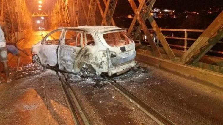 Homens atearam fogo em um veículo na Ponte D. Pedro II - Foto: Reprodução | Site Acorda Cidade