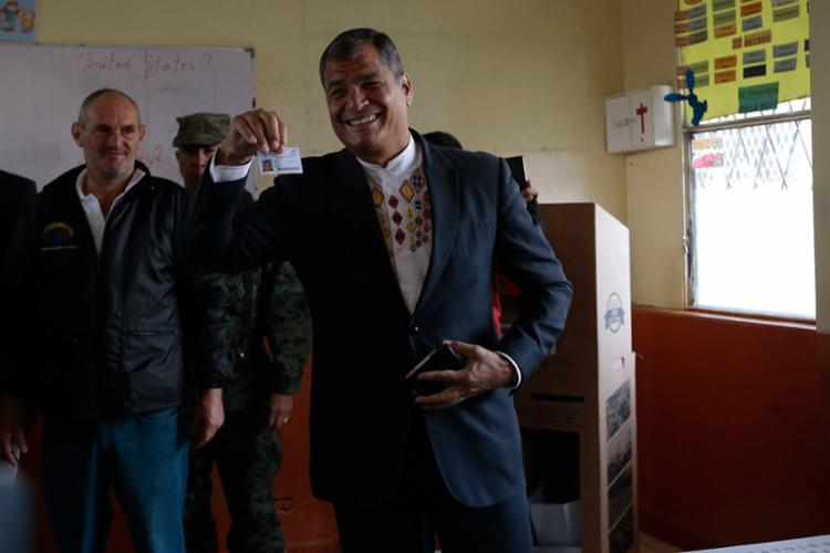 Atual presidente Rafael Correa no registro de seu voto - Foto: Juan Cevallos | AFP