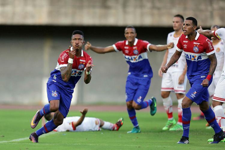 Mário celebra gol que deu o triunfo ao Bahia - Foto: Raul Spinassé / Ag. A TARDE