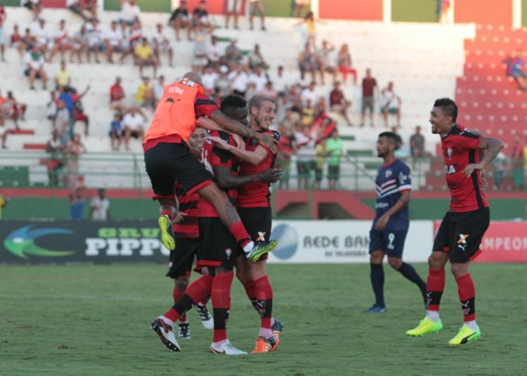 Jogadores do Vitória abraçam Kanu após a confirmação do gol - Foto: Adilton Venegeroles / Ag. A TARDE