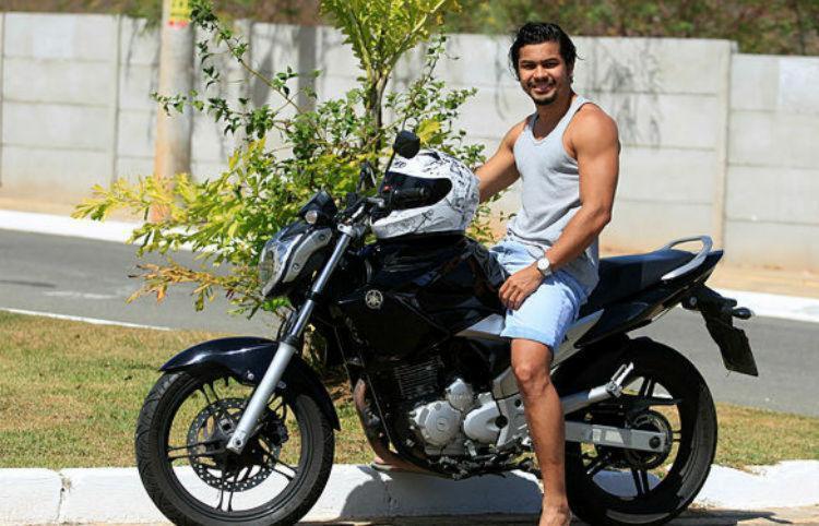 Valdir Bispo fez seguro para sua Yamaha Fazer 250 - Foto: Joa Souza | Ag. A Tarde