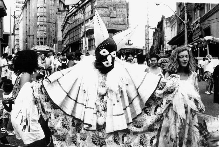 Mascarados na Praça Castro Alves, no Carnaval de 1992 - Foto: Carlos Santana / Arquivo A Tarde