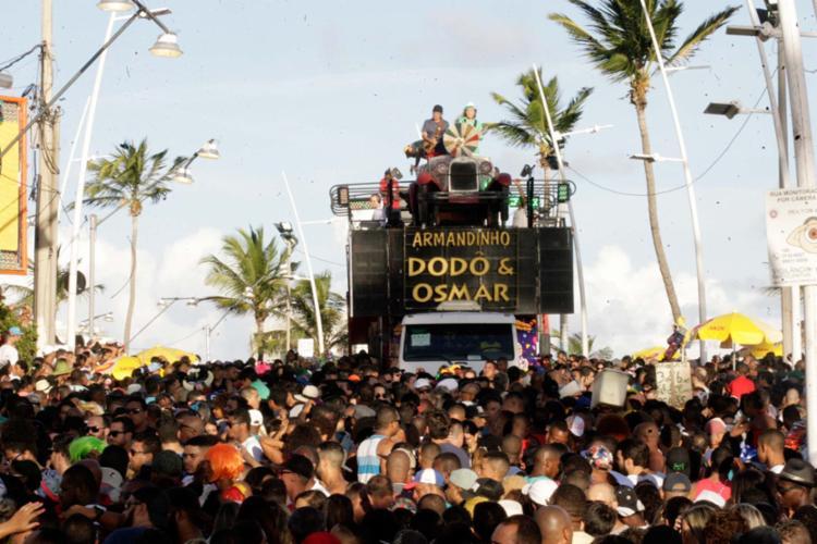 À frente do bloco Dodô e Osmar, Armandinho celebra o clima de folia sem cordas - Foto: Luciano da Matta | Ag. A TARDE