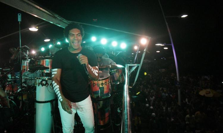 Denny puxou a Timbalada de Ondina até a Barra, onde um DJ comandava o som em um palco - Foto: Adilton Venegeroles l Ag. A TARDE