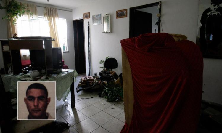 O imóvel ficou todo revirado pelo trio; no destaque, Leonardo Azevedo Rosário Justo - Foto: Mila Cordeiro | Ag. A TARDE