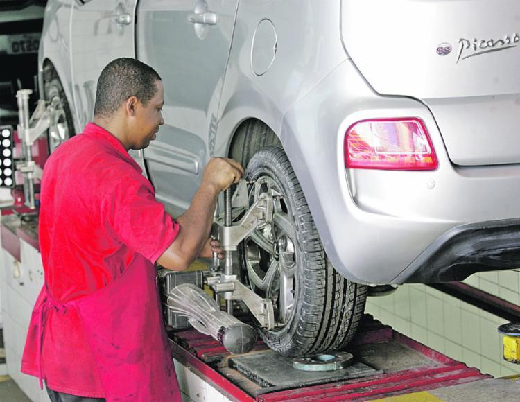 Os pneus tracionados gastam mais; o rodízio deve ser feito em oficina - Foto: Mila Cordeiro/ Ag. A TARDE
