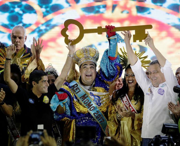 O prefeito ACM Neto e o governador Rui Costa entregaram as chaves da cidade ao Rei Momo - Foto: Raul Spinassé l Ag. A TARDE
