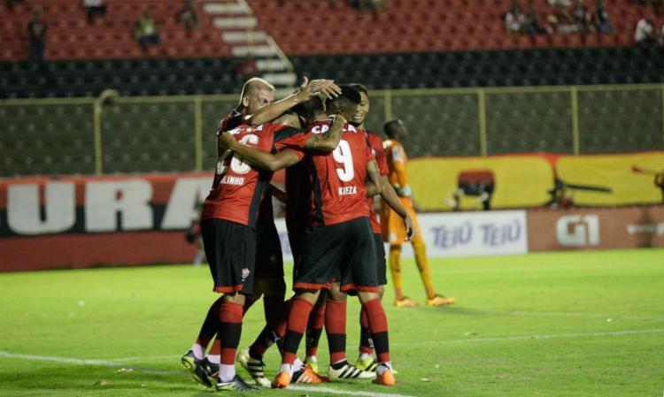 Kieza comemora o gol com os companheiros - Foto: Margarida Neide | Ag. A TARDE